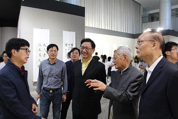 领导、嘉宾观看展览